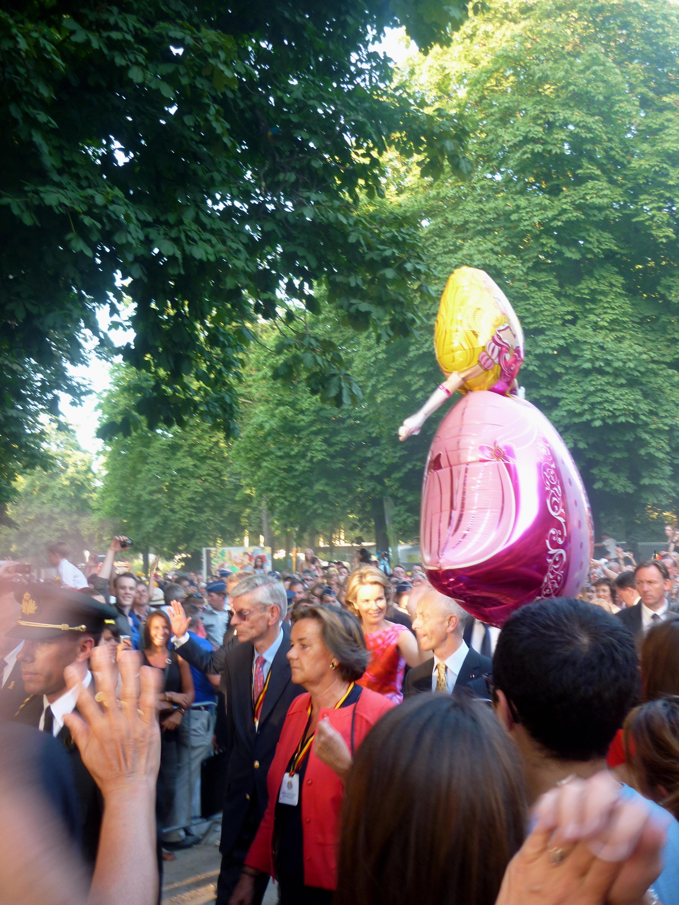 au centre se trouve la sublime Reine Mathilde, lors du bain de foule au parc royal